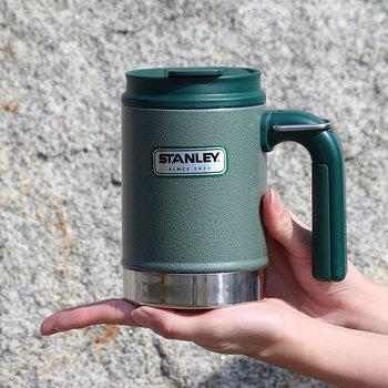 機能性重視の方は、保温性・保冷性に優れた、アメリカの老舗魔法瓶ブランドSTANLEY(スタンレー)のマグカップはいかがでしょうか。ステンレス真空二重構造により、長時間飲み物の温度をキープしてくれます。