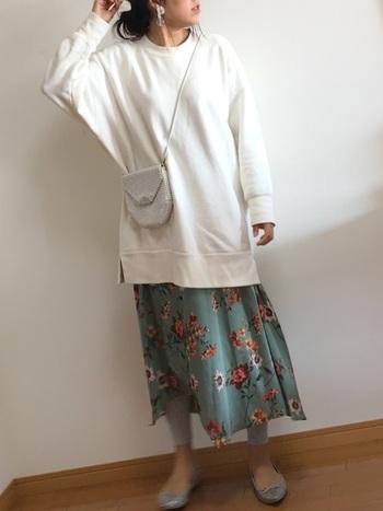 ビッグシルエットのスウェットに大きな花柄のスカートで大きく見えてしまいそうなところを、グレーのレギンスとシューズを合わせてすっきり見せているのが特徴です。ホワイト系の小さめなバックで、小物使いにも気をつけています。