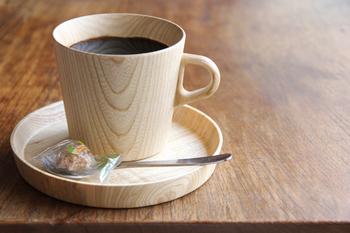 無機質になりがちなデスクの上で、キラリと輝く個性をみせる木製のマグカップ。北海道の木材を中心に素材選びからこだわりながら木工製品を手掛ける、高橋工芸(たかはしこうげい)のKami(カミ)シリーズからのご紹介です。