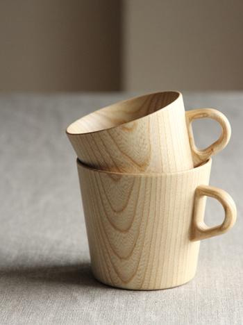 「紙のように薄い」という意味のKamiシリーズ。ひとつひとつろくろで挽いて形を整えてあるので、ゆがみのない丈夫な造りです。木は熱を伝えにくい性質があるため、温かい飲み物を入れても保温性は抜群。冷めにくいので、火傷には注意してくださいね。