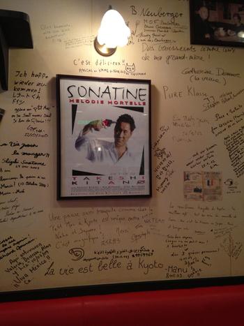 壁には各国語でLe Petit Mecファンの方達が寄せたメッセージが。