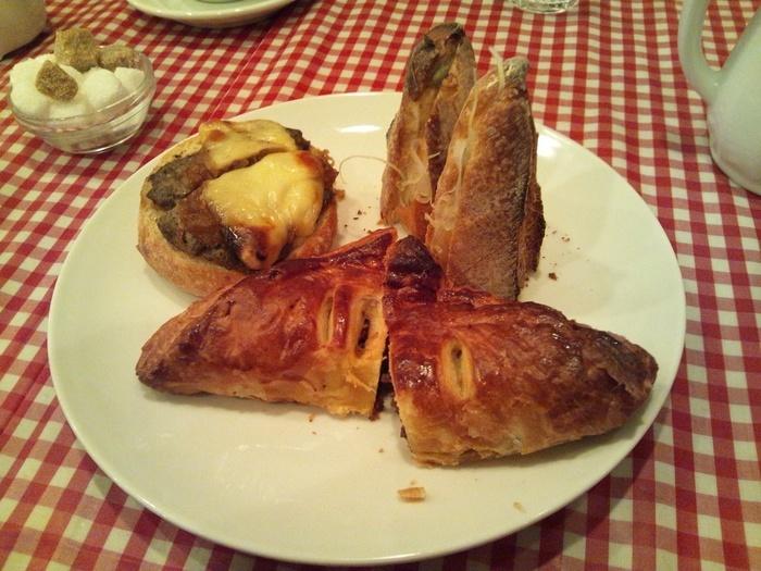 レジで「イートインでお願いします」と言うとテーブルへ移動できます。 一部のパンは頼めば温めてから出してくれますし、大きいパンは食べやすくカットしてくれますよ。