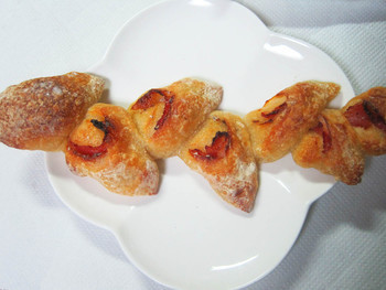 形が可愛らしいベーコンエピ。 口の中でベーコンの旨味とパンの香ばしさが混ざり合う幸せを味わえます。