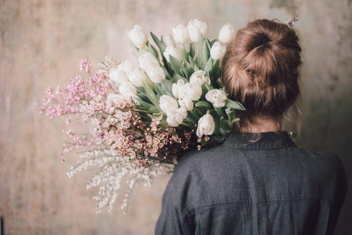 「あなたは自分を好きですか?」これに自分が好きと答えられない人は自己肯定感の低い人。つまり、自分を大事にしていないことに繋がります。例えば、あまり気乗りのしない誘いに、あなたは我慢して乗りますか?自分は会いたくないのに、誘われて苦手な友達に会ってしまう人は、自分の気持ちよりその人を大事にしてしまっているのです。つまり、周囲に振り回されてしまっている、ということになりますね。