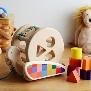 かたつむりのプルトイは、かたち合わせで遊ぶこともできる長く遊べるおもちゃです。月齢に合わせて徐々にいろいろな使い方に展開していけるなんて、ママとしても愛着が湧きそうですよね。