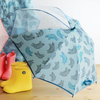 傘をさすと、とたんに視界が悪くなって、小さな子どもは前が見えなくなってしまうもの。こちらの傘を使えば、二面が透明になっているので、前もよく見えます。