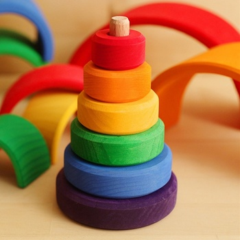 実にシンプルな構成の虹色積み木です。ドーナツのように真ん中に穴が開いたパーツを積み重ねていきます。舐めても安全な塗料で仕上げてあります。積んだり、転がしたり、叩いてみたり。単純なおもちゃですが、小さな赤ちゃんの世界が広がるおもちゃなんですよ。