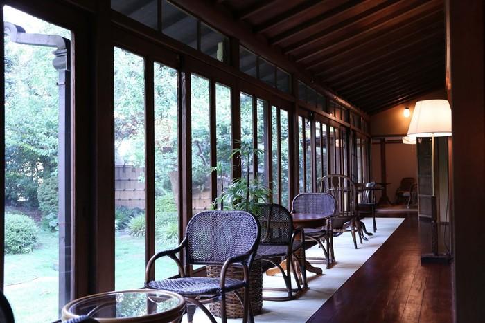 店内は昭和の雰囲気満載のレトロな空間。凛とした雰囲気が素敵です。どの席からも、四季折々に変化する庭園が楽しめます。日常から抜け出して、ゆっくりとした時間が過ごせそうです。