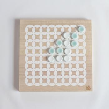 とても上品なこちらのリバーシは、鍋島焼のもの。優しい翡翠のような色合いの鍋島青磁の色合いは、駒にひとつひとつ絵付けしていったものだそうです。家族みんなで、長く遊べるおもちゃです。