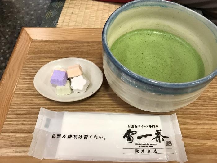抹茶には、焙煎した最高級宇治抹茶を使用。全て良質な一番茶を使っているのが、雷一茶のこだわりです。大きな器でたっぷり楽しめますよ。「良質な抹茶は苦くない。」という文言通り、苦みは薄く、濃厚なお茶の香りを楽しめる抹茶です。