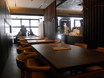 喫茶室があるのは、京都の本店と、ここ丸の内店のみ。お茶の販売スペースもあります。本格的な京都のお茶を都内で手軽に楽しめるということもあり、休日は多くのお客さんが列を作っています。ゆっくり楽しみたいなら平日がおすすめですね。