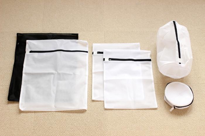 荷物の仕分けにベターな収納アイテムは、できるだけ軽量で入れる物にあったサイズが豊富なこと。 洗濯ネット状の収納袋は、かさばらず出し入れしやすく、中身もほどよく見えるため人気です。 型違いでのセット販売があったり、100円ショップで揃えられる点も魅力です。 お家にあるもので代用しても◎