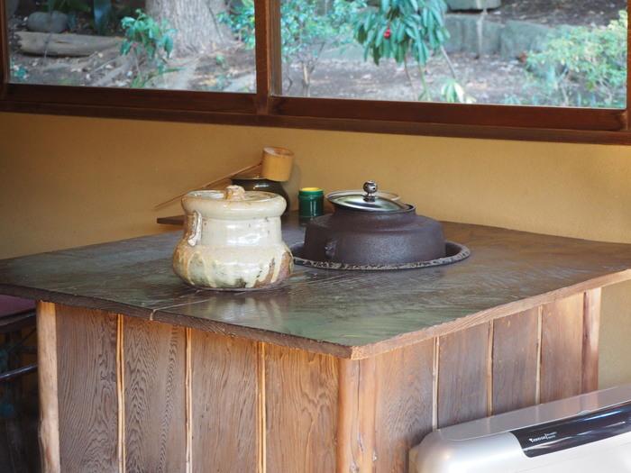 そんな茶室で開かれるお点前体験。テーブル席と和室の2種類があり、どちらも予約が必要です。テーブル席にも床の間が用意されているので、雰囲気は十分。スタッフの方のお点前の様子を見ながら、和菓子を楽しんだり作法を教わったりします。