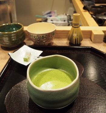 そんなモダンな空間の中で、自分でお茶を点てることができるのが宇治園の魅力。いい意味で堅苦しくなく、手軽にお茶体験ができます。本格的な点茶は少しハードルが高いなと感じている方におすすめです。