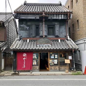 現在「さわら十三里屋」というお芋屋さんが入る「正文堂」をはじめ、そばの名店「小堀屋本店」など、8つの千葉県指定文化財が川沿いや街道沿いに軒をつらねています。