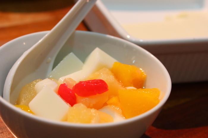 フルーツの缶詰のカロリーは個々に違いがありますので、気になるときには都度確認するのがおすすめ。甘いシロップに漬かっているので、フレッシュなフルーツよりはカロリーはアップします。とはいえ、砂糖を別に加えずに缶詰の甘さだけで作るレシピもありますので、レシピを見ながらお好みのものを探してみてくださいね。  また、旬の食材をその時期に安定した状態で缶に閉じ込めるため、季節外れのハウスもののフルーツを食べるよりも、栄養価が高いこともあるのだそう。