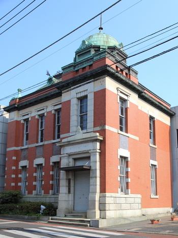 三菱銀行佐原支店旧本館の洋館も素敵です。1914(大正3)年築で、イギリスから直輸入したレンガを使って建てられています。現在は香取市が所有しギャラリーとして使われています。