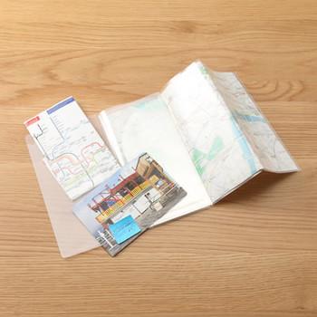 こちらは、「無印良品」の三ツ折りが簡単に作れるスリムチケットホルダー。旅先でもらうリーフレットや入場券の半券を、スマートに収納できます。  A4サイズのパンフレットや地図もコンパクトに収納できます。  スリムな冊子なので、ホルダーごとに旅の思い出として管理するのも素敵ですね。  良い思い出をたくさん集めてくださいね♪