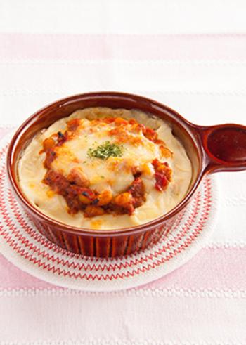 お肉を少なめにして大豆をたっぷり入れた、女性にうれしいカレードリア。トマトライスや豆乳ホワイトソースを使い、ヘルシーにこだわった充実のメイン料理です。