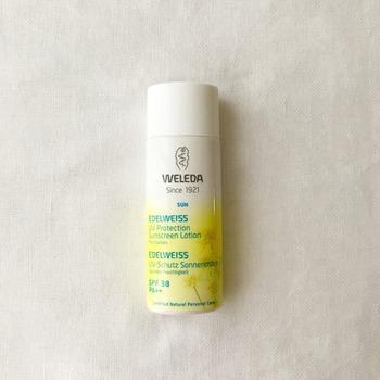 肌に心地よく、石鹸でオフできる手軽さがうれしいヴェレダのエーデルワイス UVプロテクト。  こちらのブロガーさんは普段から石鹸やお湯で落とせるメイクを心がけられており、肌への負担が軽いプロテクターを選ばれているのだそう。