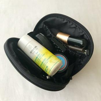 化粧ポーチにすっぽり入るこぶりなサイズで、メイク用品もすっきり収納でき、持ち運びも楽ですね。