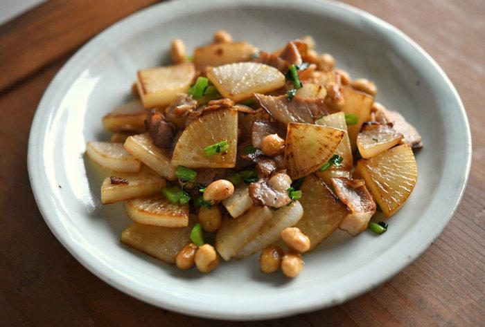 炒め物の具材としてはちょっと意外な、大豆と大根の組み合わせ。ベーコンの濃厚なうまみが野菜にしみ込んで、新しいおいしさを引き出してくれます。蒸し大豆を使っていますが、水煮大豆でもOKです。