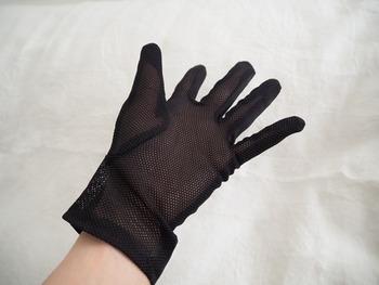 なんと、こちらはセリアの手袋。刺繍もかわいく、高級感があります。  購入の決め手は、掌側がメッシュになっていることだったそう。 暑い日も蒸れずに快適。