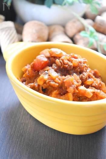 ピリッと刺激的な辛さのメキシカン・チリビーンズ。トマトの水煮や白いんげん豆の水煮を使って、おいしく作ることができます。スパイスは、先に炒めて香りを立たせるのがコツ。そのまま食べるのはもちろん、餃子の皮をカップにしたナチョスに変身させたり、トーストにのせたり、アレンジが豊富です。