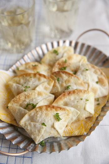 スパイシーに味付けしたひよこ豆などを、餃子の皮で包んでトースターで焼いた簡単おつまみ。パリッとした食感も心地よく、豆とコーンのさっぱりした味わいがあとを引くおいしさ。おもてなしにもおすすめです。