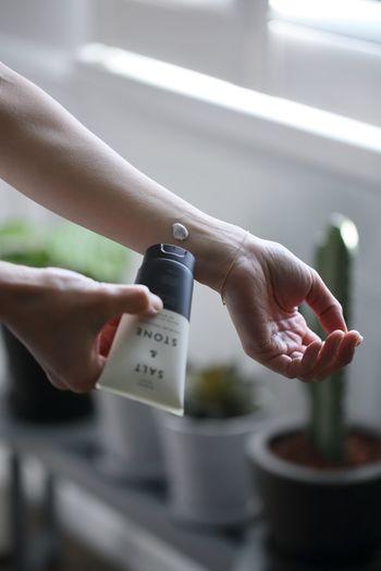 UVプロテクトは、スキンケアやメイクとの相性もあるため、使い慣れたものをリピートしがちです。  ですが、毎年ブラッシュアップされた新作が販売され、肌の状態も変化します。買い替える際には、ひととおりチェックしておくといいでしょう。  また、デイリー用やアウトドア用、メイクしない日は石鹸で落とせる処方のものなど、複数のプロテクターがあると便利です。