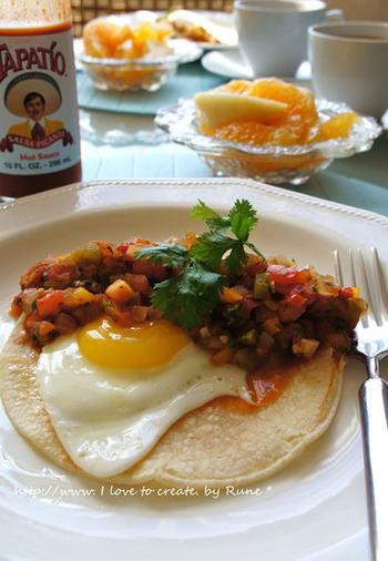 朝食にもぴったりのメキシコ料理、ウエボス ランチェロス。トルティーヤの上に、卵やトマトソースがたっぷり。こちらのレシピでは、白いんげん豆や野菜などさまざまな栄養が一度で摂れます。