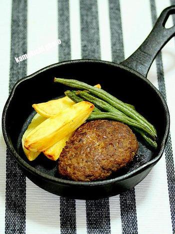 パン粉などのつなぎを使わないので、肉感がしっかりと味わえるフランスっぽいハンバーグのレシピです。ナツメグの香りと、焼くときに使うバターのコクがポイントです。