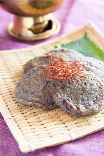 蒸し黒豆で作る変わり種のチヂミ。黒豆と豆乳をミキサーにかけて粉を加え、ふんわりと焼き上げます。韓国料理や和食だけでなく、洋食にも合わせられそうですね。