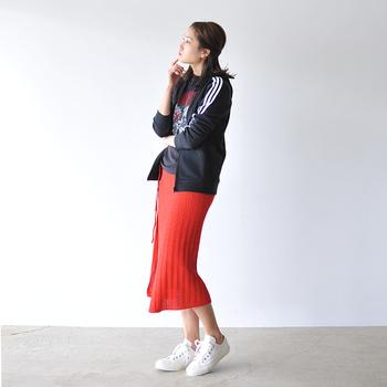 赤のニットナロースカートに、ライン入りのジャージやスニーカーを合わせたスポーツMIXスタイル。ビビットな色合いと個性が効いた上級者の着こなしです。