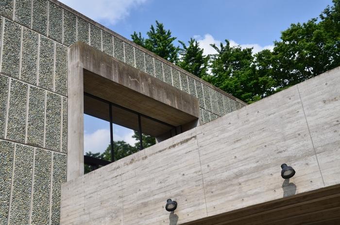 国立西洋美術館の設計は、20世紀を代表するフランスの建築家・ル・コルビュジエ氏によるもの。「日本に残した唯一の建築作品であること」「日本における近代建築運動に大きく貢献したこと」といった点が評価されています。