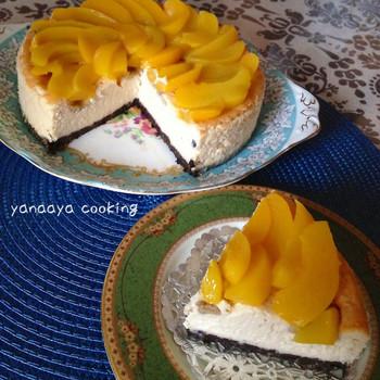 桃の缶詰は豪華さもあり、大きめのサイズなので、ケーキ作りには重宝します。こちらはベイクドチーズケーキのレシピ。材料はミキサーで混ぜるので簡単♪仕上げにデコレーション用の桃を好きな大きさにカットして飾りましょう。