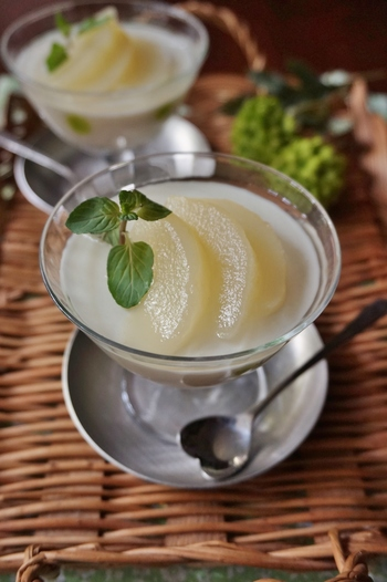 こちらは洋梨の缶詰で作るゼリーです。ヨーグルトを入れたさっぱり系。固まったゼリーに缶詰のシロップをかけるのがポイント。洋梨以外の缶詰でもアレンジしやすいレシピです。