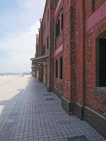 赤レンガ倉庫は、1994年(平成6年)から5年の歳月をかけて保存・改修工事が行われていました。こちらは立入禁止エリアですが、遠くからでも当時の面影が感じられますね。