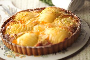 洋梨の豪華なタルトも、缶詰さえあればOK♪洋梨と、サクサクのタルト生地とアーモンドクリームとの相性も楽しんでみてくださいね。仕上げにみじん切りのピスタチオを飾りましょう。