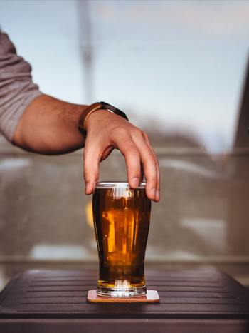 まずはグラスやボトル、紙コップなど、取っ手のついていないものを用意します。そっと指をかけ、持ち上がるか上がらないかくらいの力とはどの程度か、という感覚を掴みます。