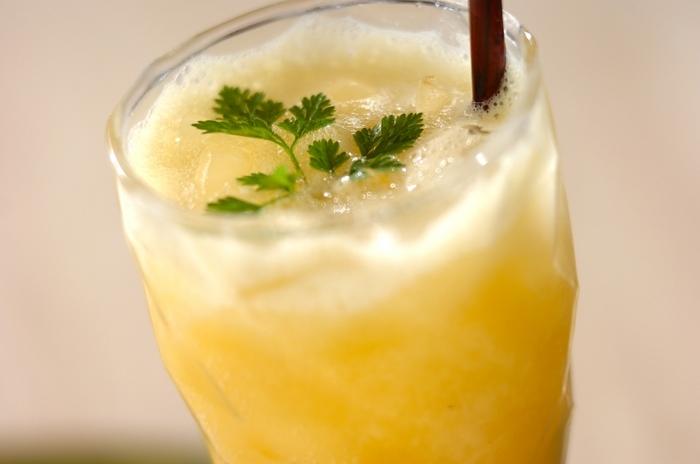 夕方のひとときには、こんなジュースもおすすめ。オレンジジュースとパイナップルの缶詰をミキサーにかけます。ジンジャーエールを注いでセルフィーユを飾れば、素敵なノンアルコールカクテルの出来上がり♪