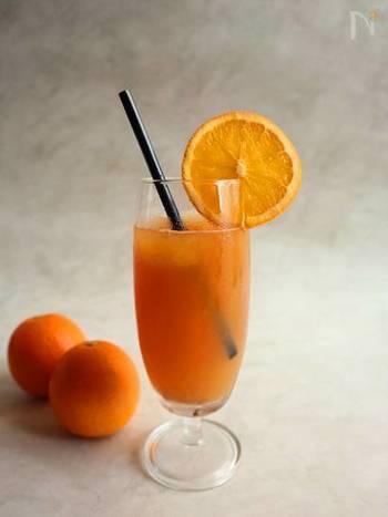 一緒に飲みたいドリンクは、オレンジジュースの氷に、紅茶のような風味と蜂蜜のような香りのある「東方美人茶」を注いで作る、カルダモン香るオレンジアイスティー。オレンジは見た目も鮮やかで、食卓が明るくなります。