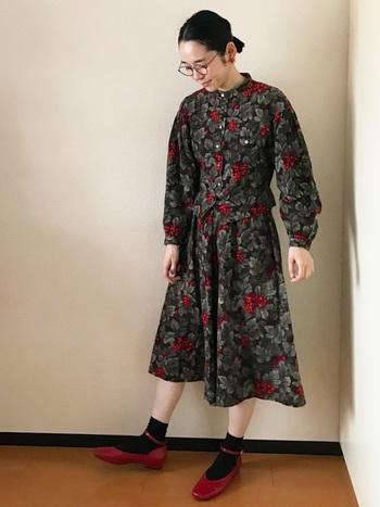 柄物セットアップでワンピースのように着こなすのもおすすめ。ボタニカル柄とパンプスの赤がアクセントになっていてとっても可愛らしいですね。