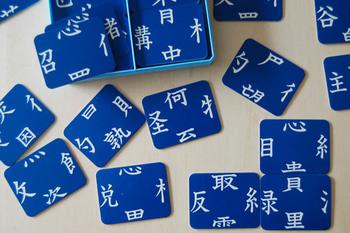 「へん」「つくり」「あし」「かんむり」が書かれたカードをつなげて、漢字をつくっていきます。低学年で習う漢字から作ることができるので、家族全員で遊べるカードゲームです。