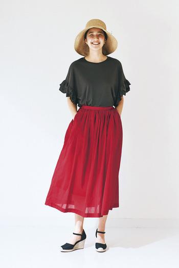 袖口のフリルが二の腕もカバーしてくれる、デザイン性の高いカーキTシャツ。テンセル素材特有の落ち感が上品な印象です。ハッと目を引く美しい赤いスカートで元気よく!