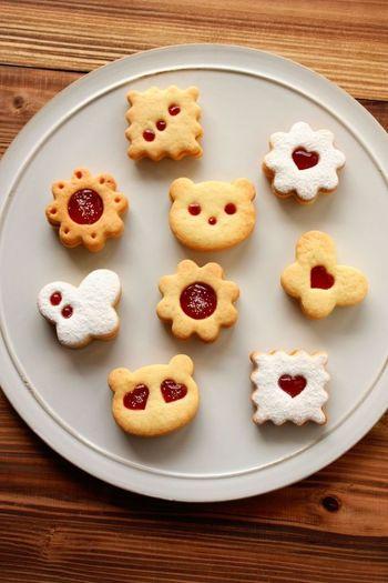 二枚のクッキーの上側だけをストローや小さな型などで小窓をあけ、ジャムが見えるようにした型抜きクッキーです。いちごジャムのほか、マーマレードやブルーベリーなどいろいろなカラーを使うとお洒落に見えます。