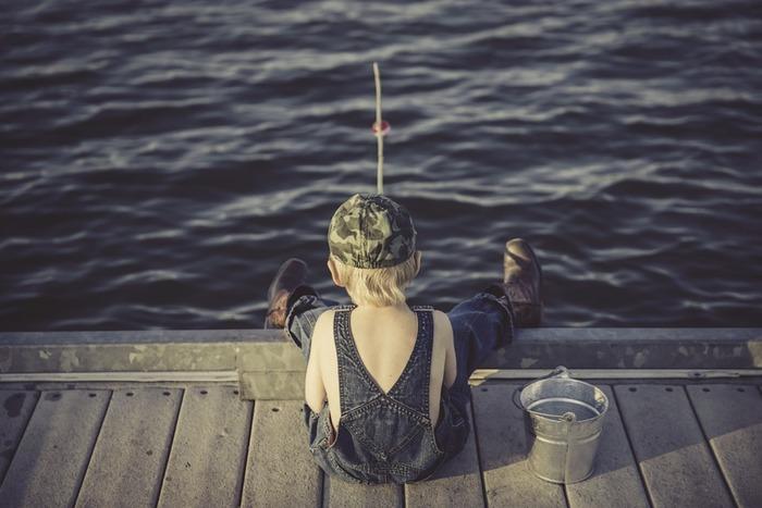 男の子に人気の釣り。船に乗って出かけるのは大変ですが、防波堤や釣り堀で楽しむなら、思い立ったらすぐに実現できますよ。本物の生きたお魚に触るチャンスですので、釣り上げたお魚は、自分ではずせるようになるといいですね。