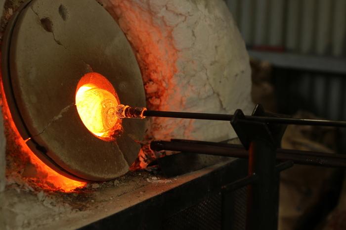 都内にはガラス工芸体験できる工房がいくつもあります。炉の熱さと繊細なガラスがとろりと溶ける様子を間近で見ると、子どもたちの五感が刺激されますね。自分で作ったガラス細工は、ずっと大切にしておきたくなること間違いなしです。