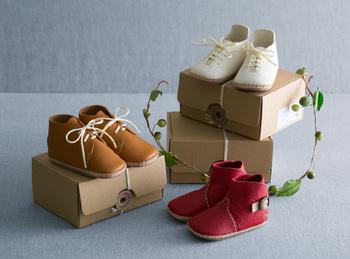 針穴を拾っていくだけで靴を縫い上げることができるベビーシューズキットです。ママが作ってくれた靴を履いておでかけしたら、思い出に残るお出かけになりそうです。