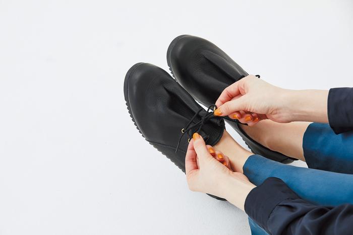 くしゃっとしたタックが印象的な靴。やわらかい革を使っているからこそ、このニュアンスが生まれます。足になじむ包み込むような質感で、優しい履き心地です。 クッション性・グリップ性のあるソールを使っているため、疲れにくいのもうれしい。
